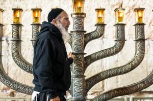 ებრაელები ხანუქას დღესასწაულს აღნიშნავენ