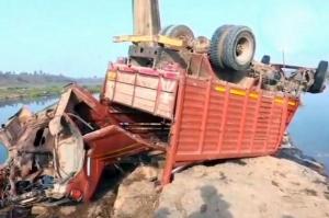 ინდოეთში სატვირთო ავტომობილის ხიდიდან გადავარდნას 21 ადამიანი ემსხვერპლა