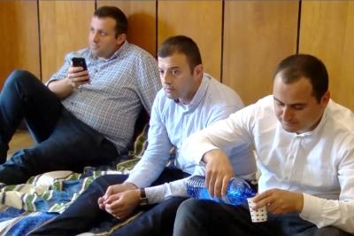 """ოზურგეთის საკრებულოში """"ნაციონალური მოძრაობის"""" წევრები მეორე დღეა შიმშილობენ"""