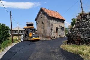 სოფელ წყორძაში XIII საუკუნის ტაძრის გარშემო ასფალტი დააგეს
