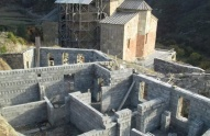 კაკლის ძირში ვჭამთ საჭმელს - დეკანოზი ატენის სიონის ტაძართან მშენებლობაზე
