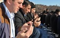 მოხეს მუსლიმი თემი ლოცვას ღია ცის ქვეშ აგრძელებს